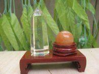 אוונטורין כדור ומוט קוורץ קריסטל במתקן עץ מסוגנן משקל: 50 גרם