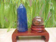 קוורץ כחול - קלקנטייט מוט וכדור אגט חום אדמדם במתקן עץ מסוגנן