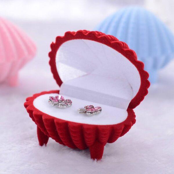 תכשיטנות: קופסת תכשיטים מהודרת לעגילים או טבעת עיצוב צדפה אדום