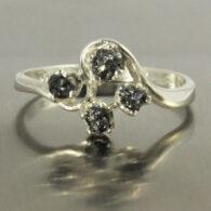 טבעת בשיבוץ 4 יהלומים שחורים גלם כסף 925