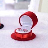 תכשיטנות: קופסת אריזה מהודרת לעגילים או טבעת עיצוב כובע אדום
