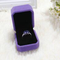 תכשיטנות: קופסת אריזה מהודרת לטבעת או עגילים גוון סגול