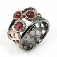 טבעת בשיבוץ 3 אבני גרנט עבודת יד כסף ציפוי זהב ורודיום שחור