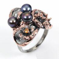 טבעת בשיבוץ פנינים וספיר כתום עבודת יד כסף ציפוי זהב ורודיום שחור