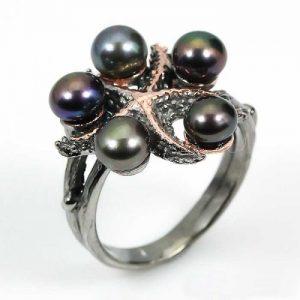 טבעת עבודת יד כסף 925 ציפוי זהב ורודיום שחור בשיבוץ 5 פנינים שחורות (סין) עיצוב כוכב ים מידה: 7.5 הטבעת: 35.95 קרט