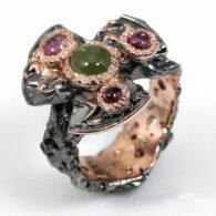 טבעת עבודת יד כסף 925 ציפוי זהב ורודיום שחור בשיבוץ אבני ספיר ירוק (אפריקה) ו-3 אבני טורמלין ורוד מידה 8 הטבעת:60.9 קרט