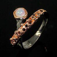 טבעת עבודת יד כסף 925 ציפוי זהב ורודיום בשיבוץ אבן אופל (אטיופיה) מידה: כל מידה הטבעת: 23.25 קרט