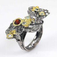 תכשיט יוקרה: טבעת עבודת יד כסף 925 ציפוי זהב ורודיום שחור בשיבוץ אבני גרנט וטופז כחול (אפריקה) מידה: 9 הטבעת: 47 קרט