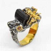 תכשיט יוקרה: טבעת עבודת יד כסף 925 ציפוי זהב ורודיום שחור בשיבוץ אבני טורמלין שחור גלם וספיר מידה: 9 הטבעת: 67.5 קרט