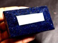 """אבן חן: ספיר מלוטש גדול (אפריקה) 775 קרט מידות: 25*38*65 מ""""מ עיצוב מלבני"""