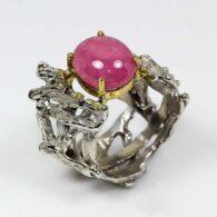 טבעת בשיבוץ אבן רובי עבודת יד כסף 925 ציפוי זהב ורודיום שחור