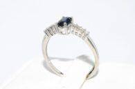 טבעת זהב לבן בשיבוץ ספיר ובשיבוץ 8 יהלומים