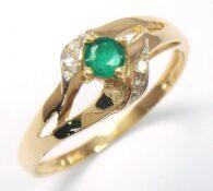 טבעת זהב צהוב בשיבוץ אמרלד ו 4 יהולומים לבנים מידה: 7
