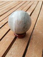 פלואורייט כדור גדול על מעמד עץ מסוגנן