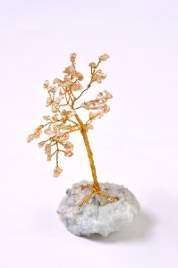 עץ משובץ באבני סיטרין