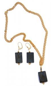 שרשרת תליון ועגילי ג'ייד כהה מעוטר בסמלים סיניים מוזהב
