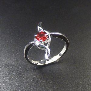 טבעת בשיבוץ קריסטל אדום כסף 925 מידה: 8