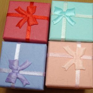 תכשיטנות: 4 קופסאות אריזה לתכשיט עם סרט בצבעים