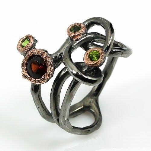 טבעת בשיבוץ גרנט ודיופסיד עבודת יד כסף, ציפוי זהב ורודיום שחור