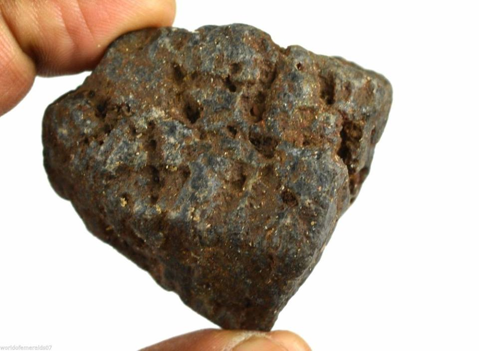 אבן חן: ספיר סטאר שחור גלם (אפריקה) 595 קרט