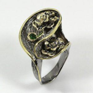 טבעת בשיבוץ דיופטיז עבודת יד כסף ציפוי זהב ורודיום שחור