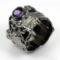טבעת בשיבוץ אמטיסט עבודת יד כסף ורודיום שחור