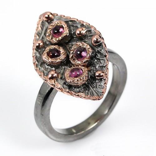 טבעת בשיבוץ אבני רודונייט עבודת יד כסף ציפוי זהב ורודיום שחור