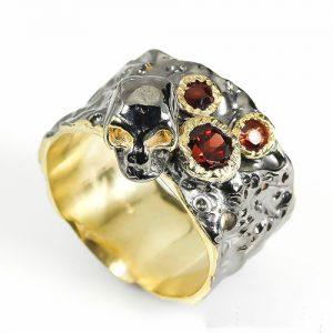 טבעת בשיבוץ גרנט עיצוב גולגולת עבודת יד כסף ציפוי זהב ורודיום שחור