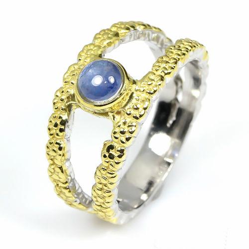 טבעת עבודת יד כסף 925 וציפוי זהב בשיבוץ אבן ספיר כחול (אפריקה) הטבעת: 24.3 קרט