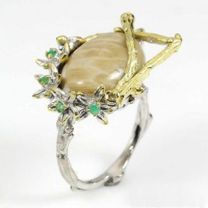 טבעת עבודת יד כסף 925 וציפוי זהב בשיבוץ אבני קורל פוסייל ואמרלד (אפריקה) מידה: 9 הטבעת: 49.25 קרט