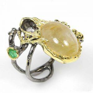 טבעת עבודת יד כסף 925 ציפוי זהב ורודיום שחור בשיבוץ אבן רוטילייד קוורץ ואבן אמרלד (אפריקה) מידה : 8 הטבעת: 74.9 קרט.