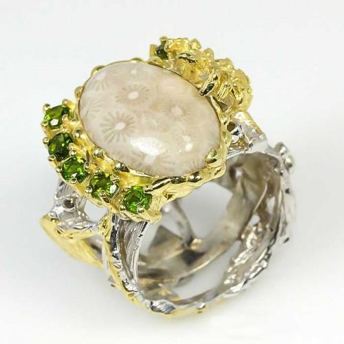 טבעת עבודת יד כסף 925 ציפוי זהב ורודיום שחור בשיבוץ אבני קורל פוסיל ופרידות (אפריקה) מידה: 9 הטבעת: 74.5 קרט