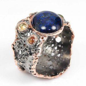 טבעת עבודת יד כסף 925 ציפוי זהב ורודיום שחור בשיבוץ אבני לאפיס לג'ולי וספיר (אפריקה) מידה: 10 הטבעת: 55.35 קרט