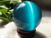 """עין החתול קוורץ כחול במעמד עץ מסוגנן קוטר :40 מ""""מ"""