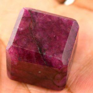 """אבן חן: רובי מלוטש קובייה (אפריקה) 107 קרט מידות: 21*22*23 מ""""מ"""