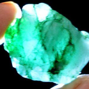 """אבן חן: אמרלד גלם לליטוש ( קולומביה) תעודה תעודה 77 קרט מידות: 18*22*22 מ""""מ"""