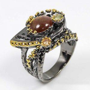 תכשיט יוקרה: טבעת עבודת יד כסף 925 ציפוי זהב ורודיום שחור בשיבוץ אבני סנסטון וספיר (אפריקה) מידה: 8.5 הטבעת: 58.25 קרט