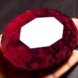 """אבן חן: רובי מלוטש גדול (אפריקה) 1145 קרט מידות: 33*55*71 מ""""מ עיצוב אובלי"""