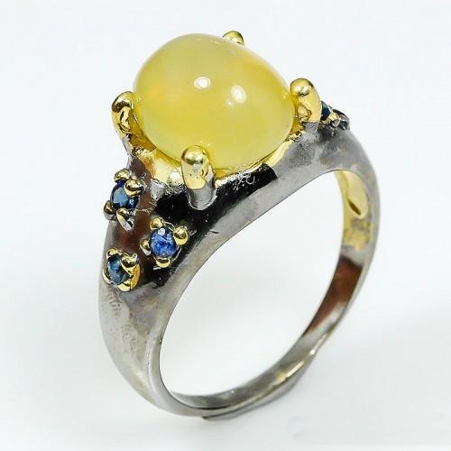 טבעת בשיבוץ אופל צהוב וספיר כחול עבודת יד כסף 925 ציפוי זהב ורודיום שחור מידה: 8.75