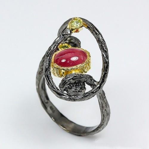 טבעת בשיבוץ קריסטל רובי ופרידות עבודת יד כסף ציפוי זהב ורודיום שחור מידה: 10