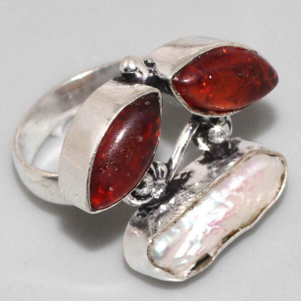 טבעת בשיבוץ ענבר ואם הפנינה כסף 925 מידה: 7