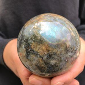 כדור לברדורייט גדול במעמד עץ מסוגנן משקל: 680 גרם