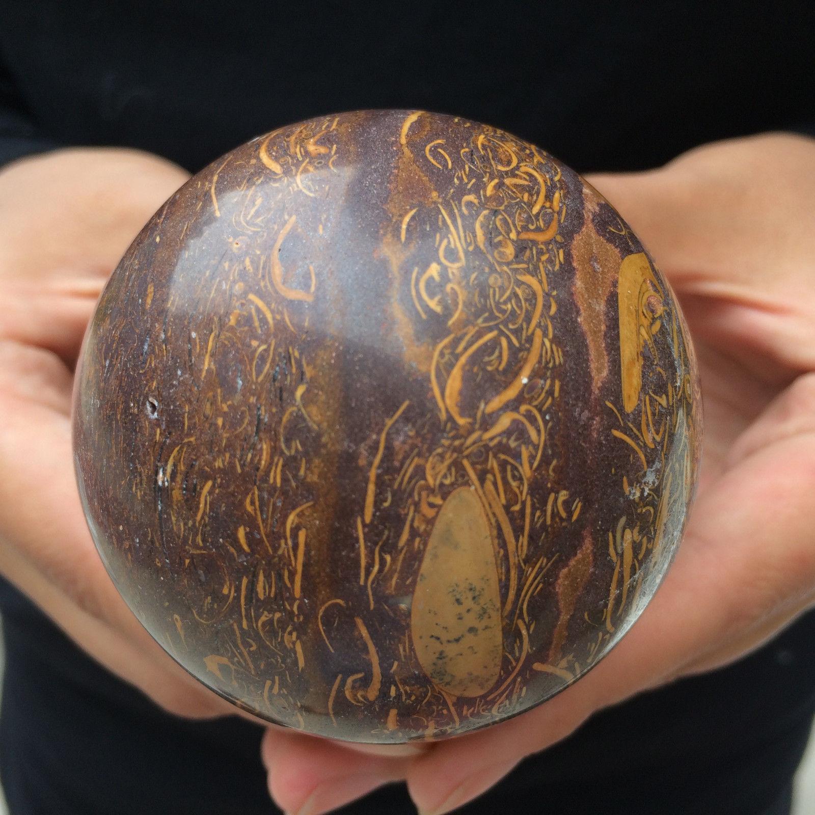 """כדור מאבן ג'ייד זהוב משיי ומעמד עץ קוטר: 65 מ""""מ"""