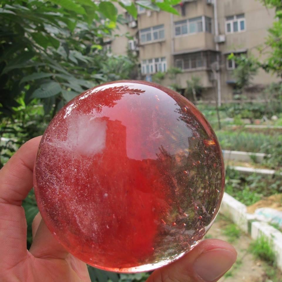 """כדור קוורץ אדום משקל: 830 גרם הכדור בקוטר: 90 מ""""מ"""
