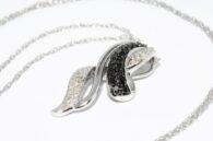 תליון ושרשרת זהב לבן בשיבוץ 17 יהלמים שחורים 30 יהלומים לבנים