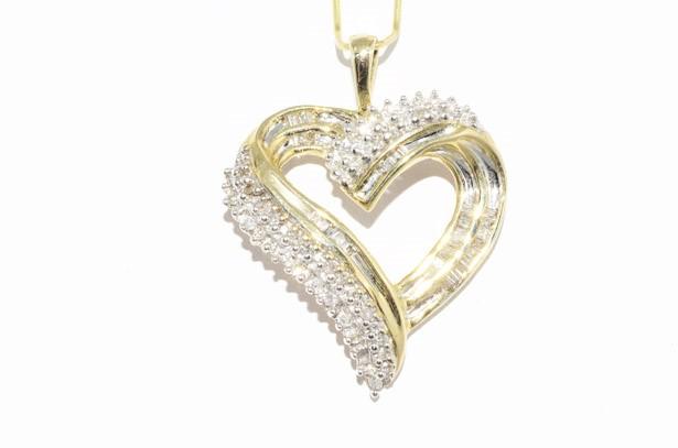 תליון זהב צהוב בשיבוץ 69 יהלומים עיצוב לב