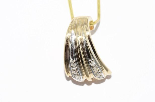 תליון זהב צהוב בשיבוץ 6 יהלומים