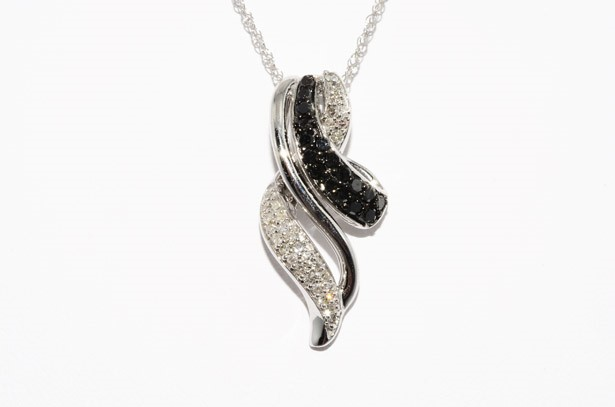 שרשרת ותליון זהב לבן בשיבוץ 47 יהלומים שחורים ולבנים