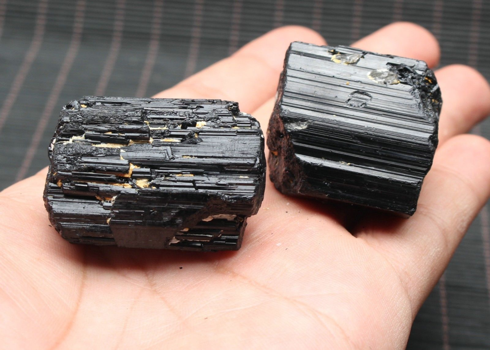 טורמלין שחור גלם משקל: 45 גרם
