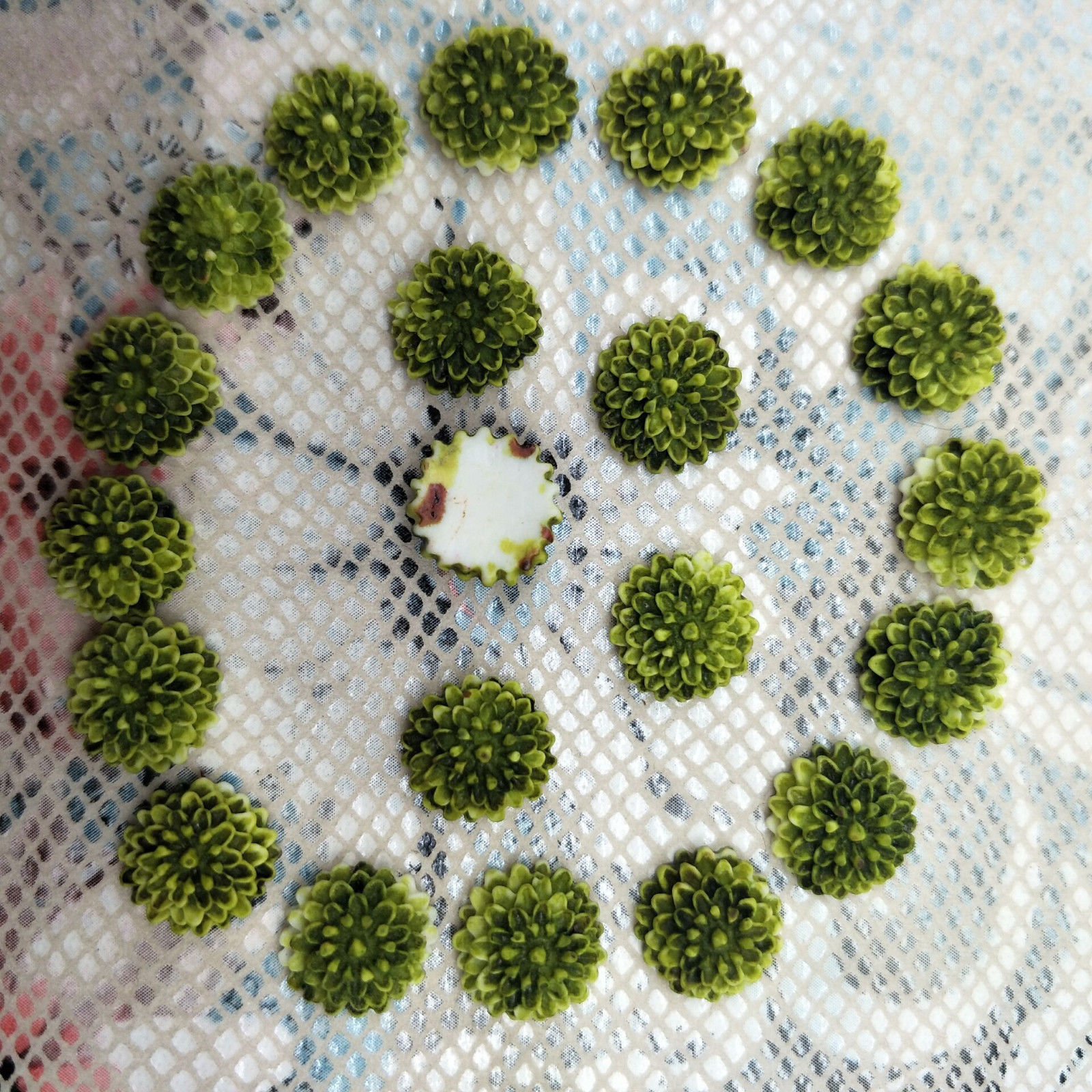 פרחים לעבודות יד להדבקה גווני ירוק זית 20 יחידות